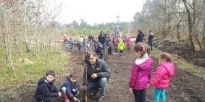 M le Maire Jean-François Joyé, avec des enfants de l'école, plantent des arbres © PHOTO M.-CW